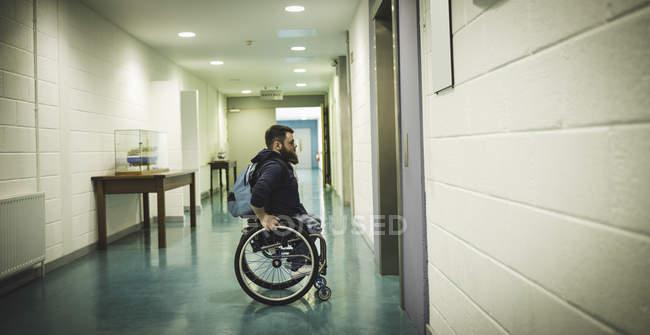 Инвалид на инвалидной коляске ждет лифт в помещении — стоковое фото