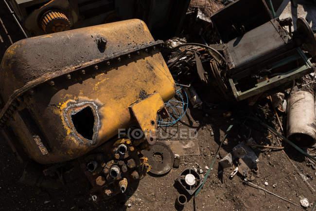 Primo piano della parte della macchina distrutta nel cantiere di demolizione — Foto stock