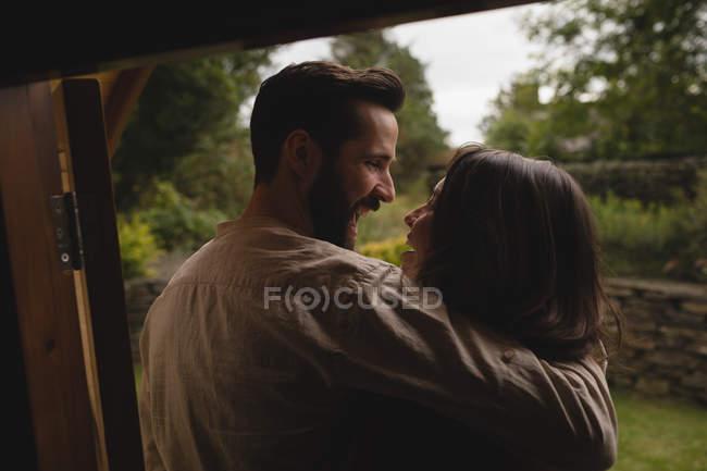 Ласковым пара весело в кабине журнала — стоковое фото