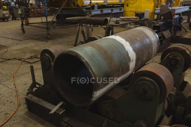 Часть цилиндрического сосуда для ремонта в мастерской — стоковое фото