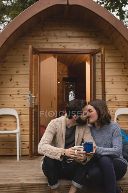 Ласковым пара целовать друг друга во время кофе — стоковое фото