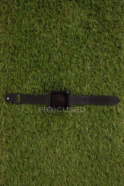 Накладные часы на искусственной траве — стоковое фото