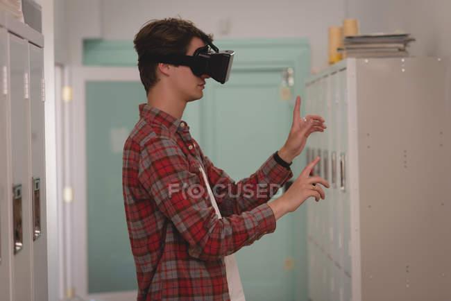 Uomo esecutivo utilizzando cuffia realtà virtuale in ufficio creativo — Foto stock