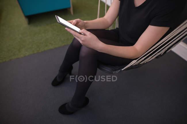Esecutivo femminile utilizzando il telefono cellulare in ufficio — Foto stock