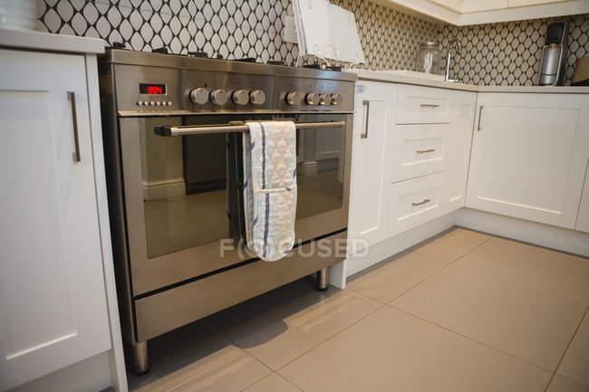 Forno de gás moderno na cozinha em casa — Fotografia de Stock