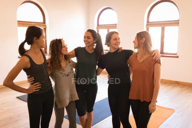 Группа женщин, стоящих вместе с руками в фитнес-клубе — стоковое фото
