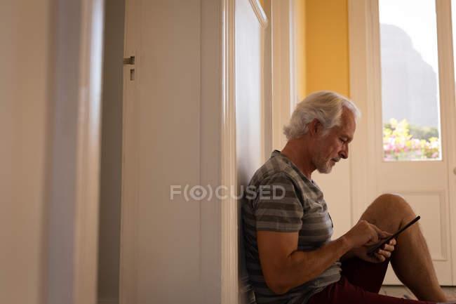 Aktiven senior Mann mit digital-Tablette zu Hause — Stockfoto
