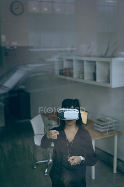 Executivo usando headset de realidade virtual no escritório — Fotografia de Stock