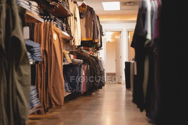 Сортів одягу в порожній торговий центр — стокове фото