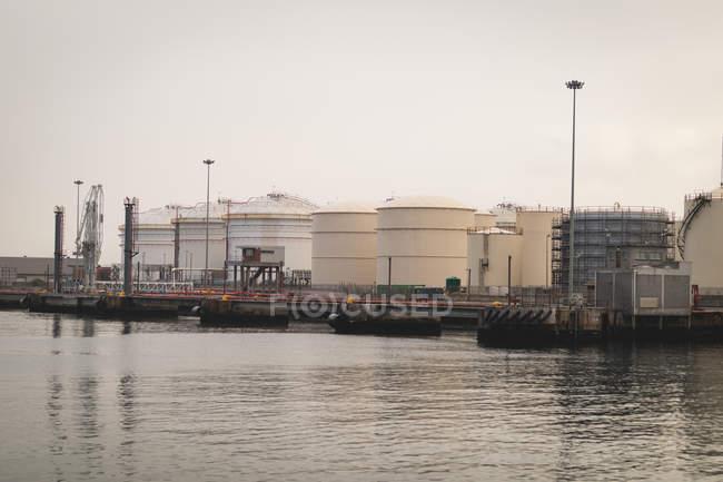 Вантажних суден на пришвартовані в верфі в сутінках — стокове фото