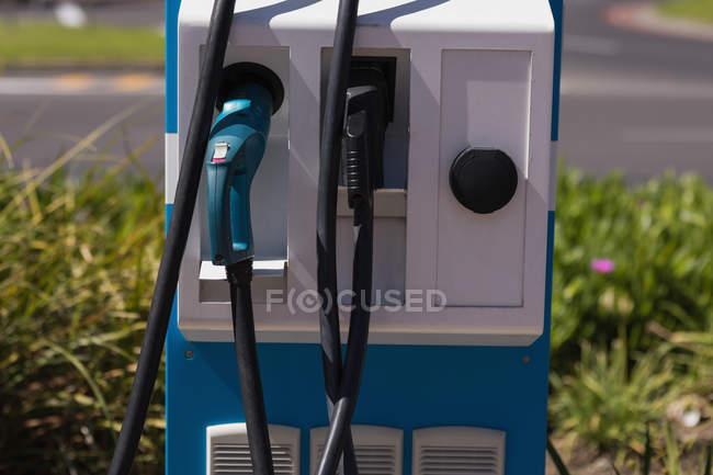 Gros plan de point de charge électrique à la station de recharge — Photo de stock