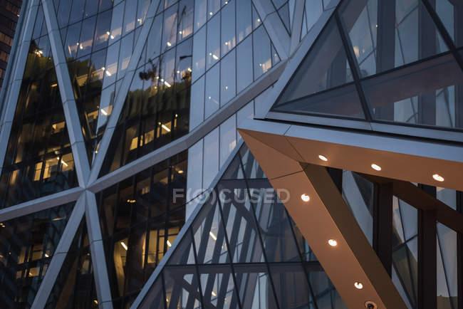 Extérieur du bâtiment moderne la nuit — Photo de stock