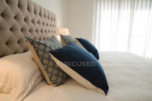 Інтер'єр сучасної спальні будинку — стокове фото
