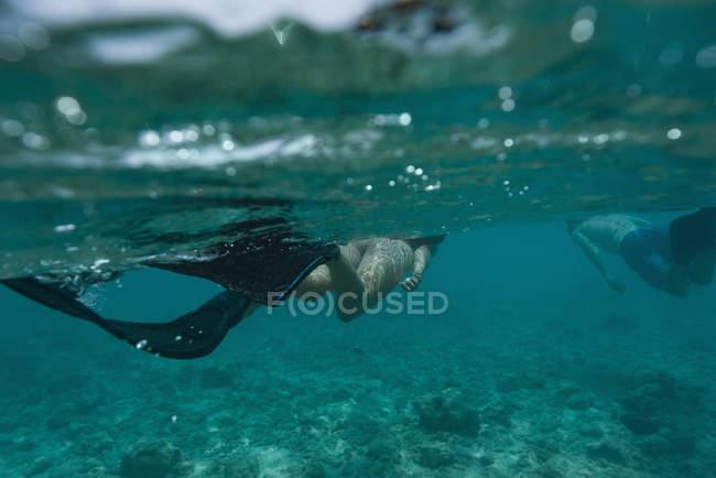 Пара подводное плавание под водой в бирюзовое море — стоковое фото