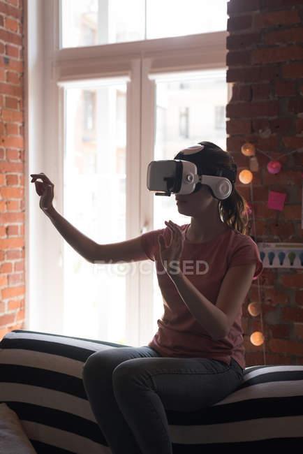Weibliche Führungskraft mit Virtual-Reality-Headset im Büro — Stockfoto