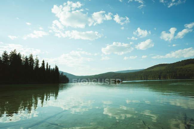 Homme voyageant sur un bateau à moteur dans un lac — Photo de stock