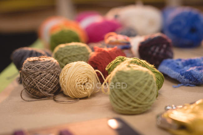 Lana multicolor en mesa en sastrería - foto de stock