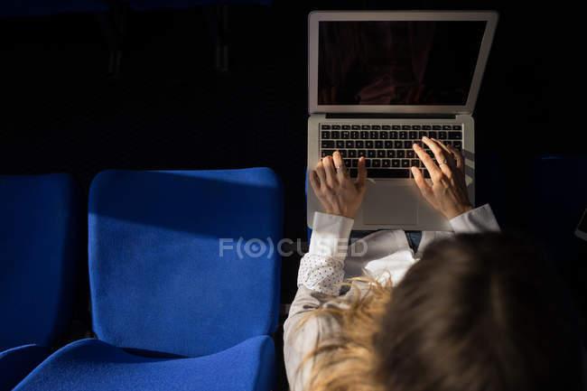 Высокий угол обзора женщины, использующей ноутбук на круизном судне — стоковое фото