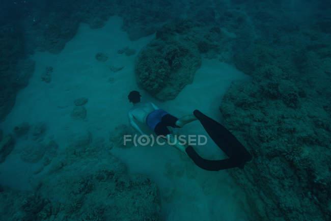 Vista aerea dell'uomo immersioni subacquee in mare dalla barriera corallina — Foto stock