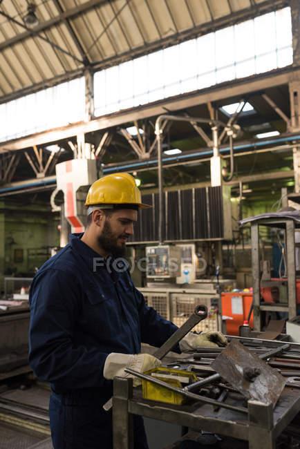 Techniker in schützende Arbeit Abnutzung Schneiden von Metall in der Industrie — Stockfoto