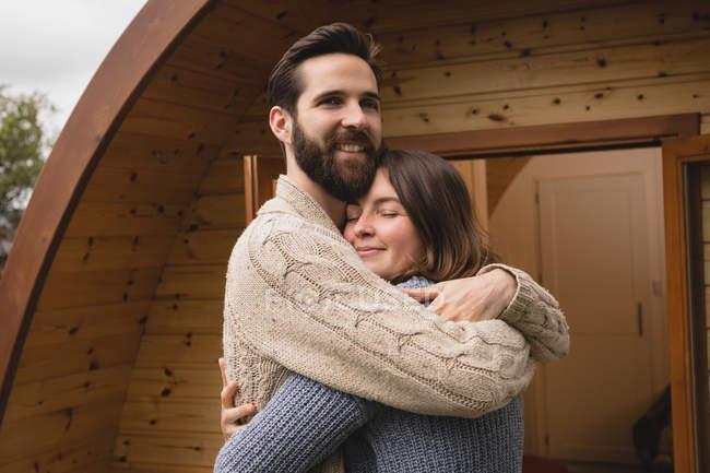 Ласковым пара, обнимая друг друга вне кабины журнала — стоковое фото