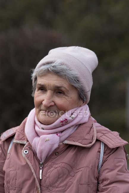 Mulher sênior ativa em roupas quentes ao ar livre — Fotografia de Stock