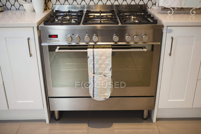 Four à gaz moderne dans la cuisine à la maison — Photo de stock