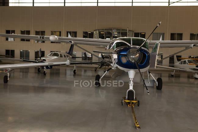 Jato privado estacionado no interior do hangar — Fotografia de Stock