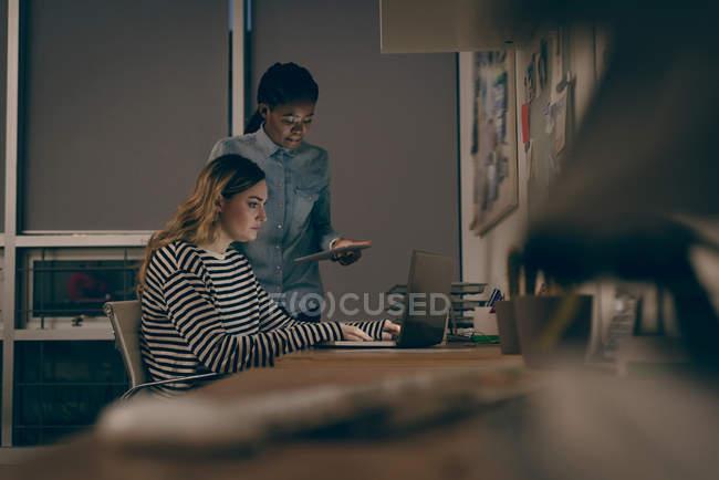 Executivos trabalhando juntos no escritório — Fotografia de Stock