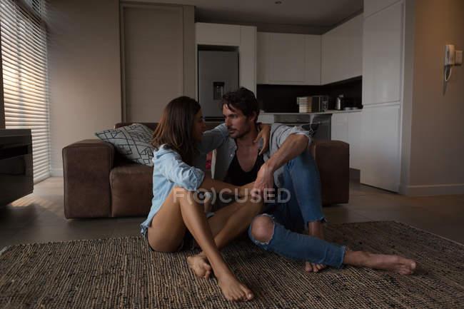 Пара смотрит друг на друга в гостиной на дому — стоковое фото