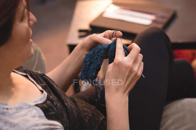 Закри жінка Валяєв шерсть кравця магазині — стокове фото