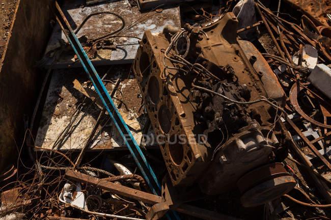 Крупным планом ржавого железа штук в свалке — стоковое фото