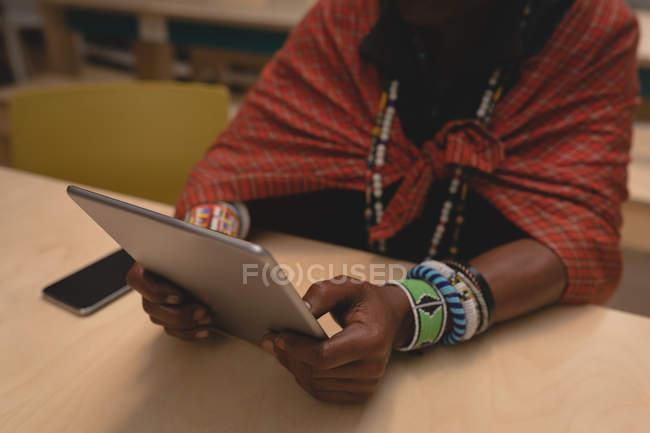 Metà sezione di uomo maasai in abbigliamento tradizionale con tablet digitale — Foto stock