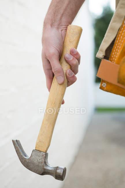 Закри чоловічого Карпентер проведення молоток — стокове фото
