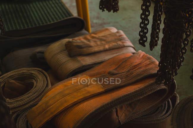 Гумові ремені та сільський ланцюг у жаростійке відділення для зберігання майстерні — стокове фото