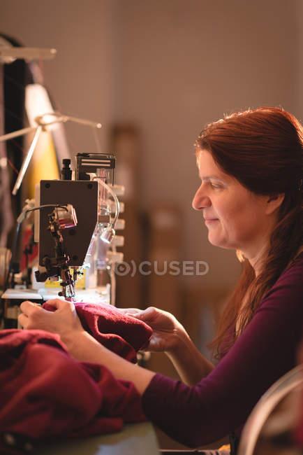 Кравець швейні Серветка з швейні машини магазині кравця — стокове фото