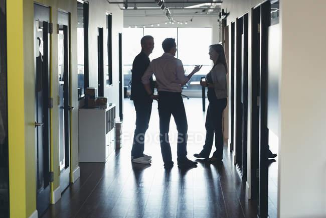 Uomini d'affari che interagiscono tra loro in ufficio — Foto stock