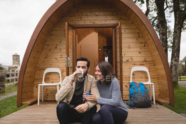 Ласковым пара кофе вне кабины журнала — стоковое фото