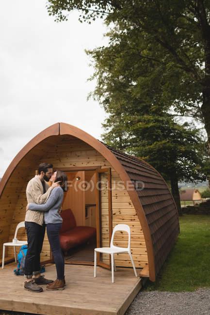 Ласковым пара целовать друг друга вне кабины журнала — стоковое фото