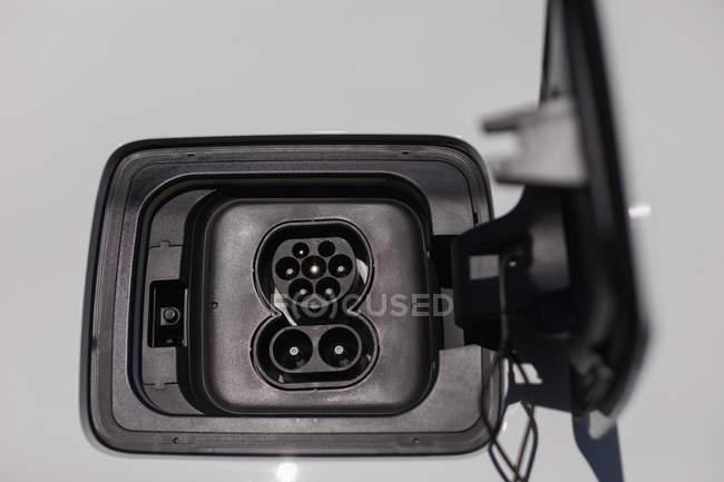 Gros plan sur la prise de charge de la voiture électrique — Photo de stock