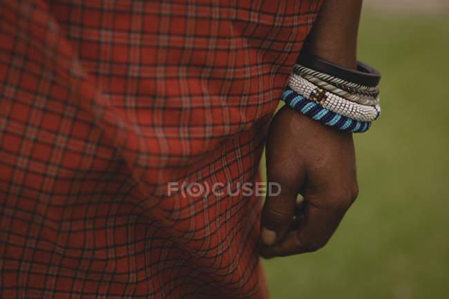Verschiedene Arten von Armreifen in Maasai Mann hand — Stockfoto