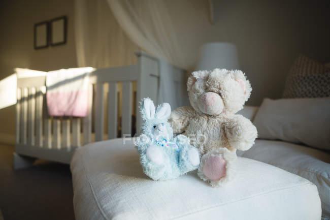 Крупным планом мягкие игрушки на диване у себя дома — стоковое фото