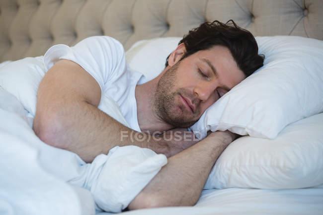 Чоловік спав у спальні будинку — стокове фото