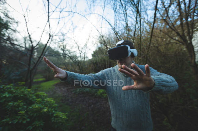 Man using virtual reality headset in forest at countryside — Stock Photo