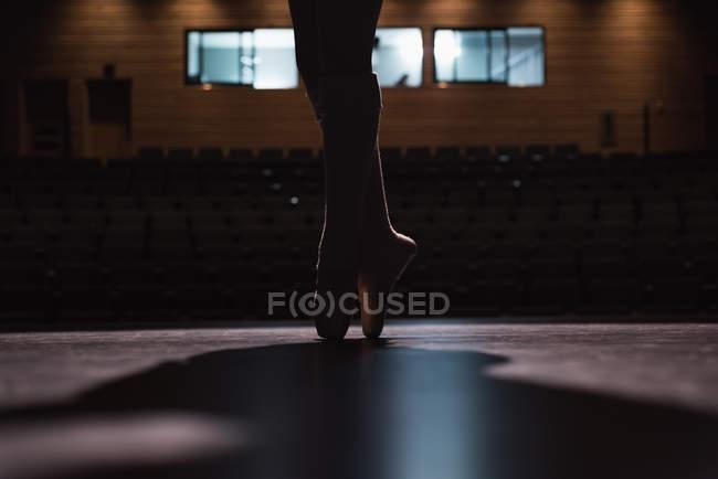 Обрезанное зрения балерина танцует на сцене в театре — стоковое фото