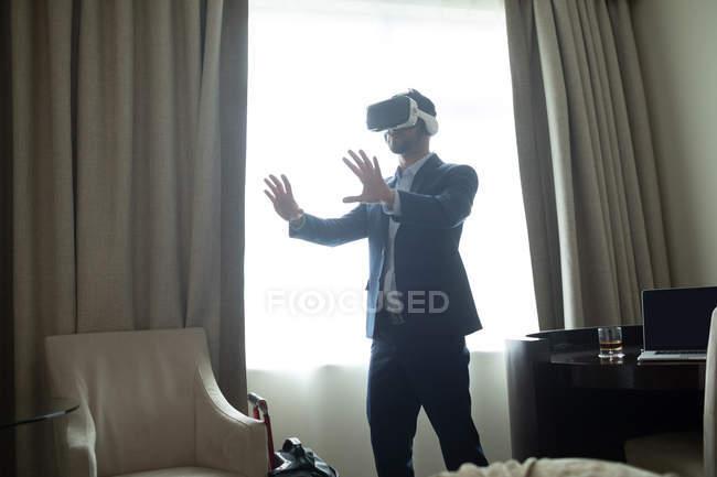 Geschäftsmann nutzt Virtual-Reality-Headset im Hotelzimmer — Stockfoto