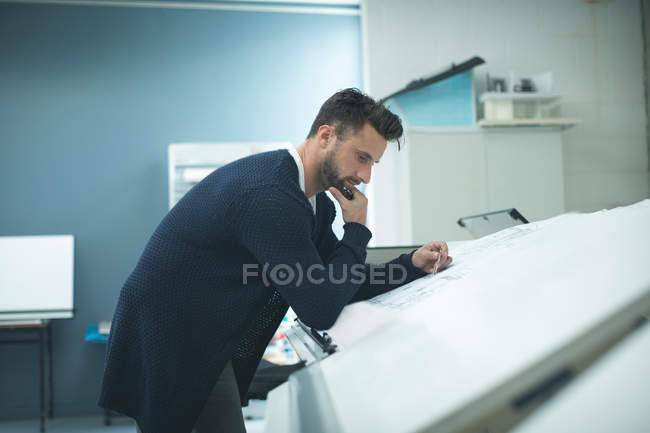 Exécutif travaille sur plan directeur au bureau moderne — Photo de stock