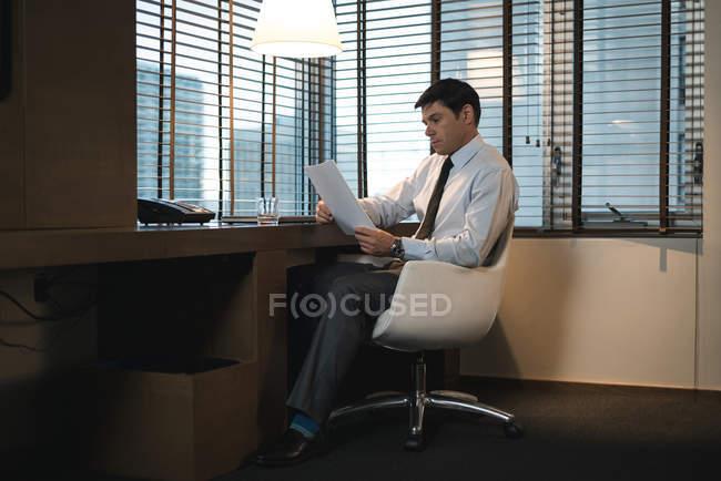 Uomo d'affari verifica documenti in camera da letto ufficio — Foto stock