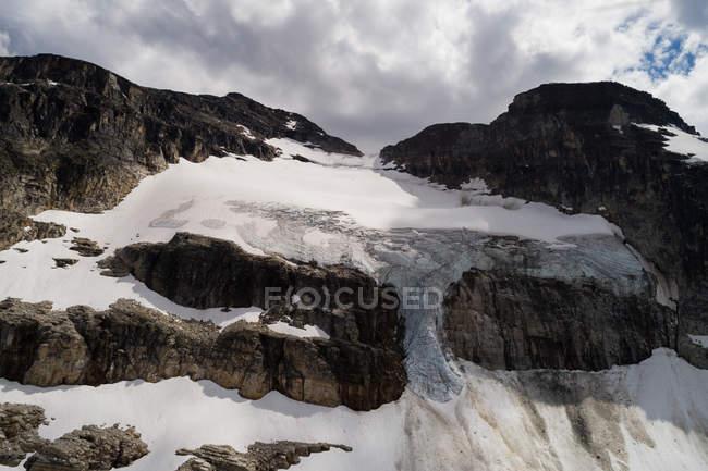 Ghiacciaio sul versante della montagna rocciosa — Foto stock