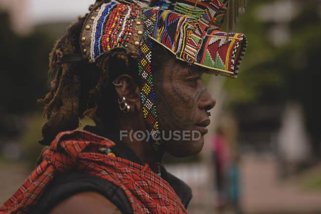 Nahaufnahme eines Massai-Mannes mit Perlen-Kopfbedeckung — Stockfoto